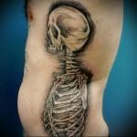 человеческий скелет в тату на боку у мужчины