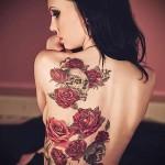 черепа и розы тату на спине женская