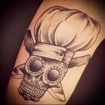 череп в колпаке и ножи - татуировка для шеф повара