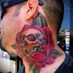 череп в розе - татуировка на шее мужчины - фото