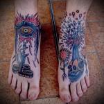череп - дерево и глаз татуировка на ноге мужская