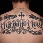 череп и надпись memento more - татуировка на спине мужская фото