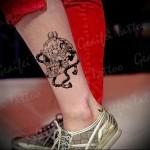 череп и четки татуировка на ноге мужская