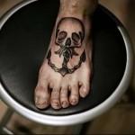 череп и якорь - татуировка на стопе мужская - фото