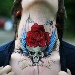 череп - крылья и красная роза - татуировка на шее мужчины - фото