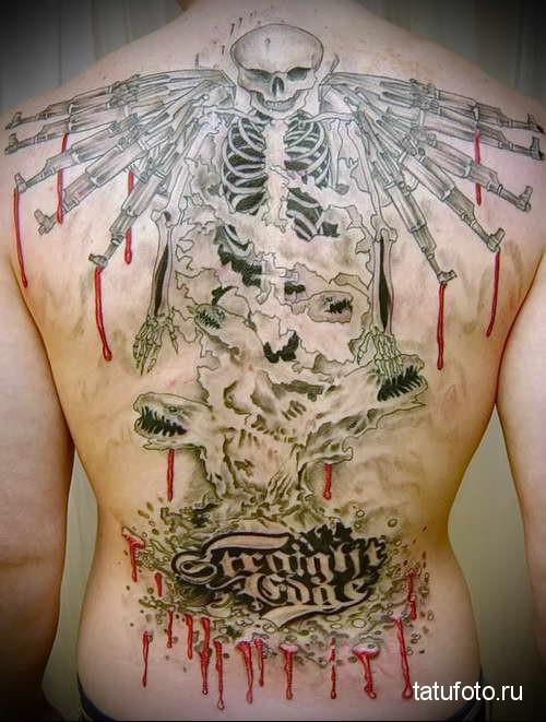 череп с автоматами калашникорва - тату мужская на спине фото