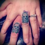 череп с бантиком - татуировка на пальце для девушки (тату - tattoo- фото)