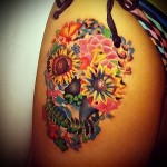 череп с цветами тату