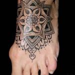 черная мандала - татуировка на стопе мужская - фото
