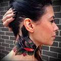 черная птичка с красной грудкой - татуировка на шее женская - фото