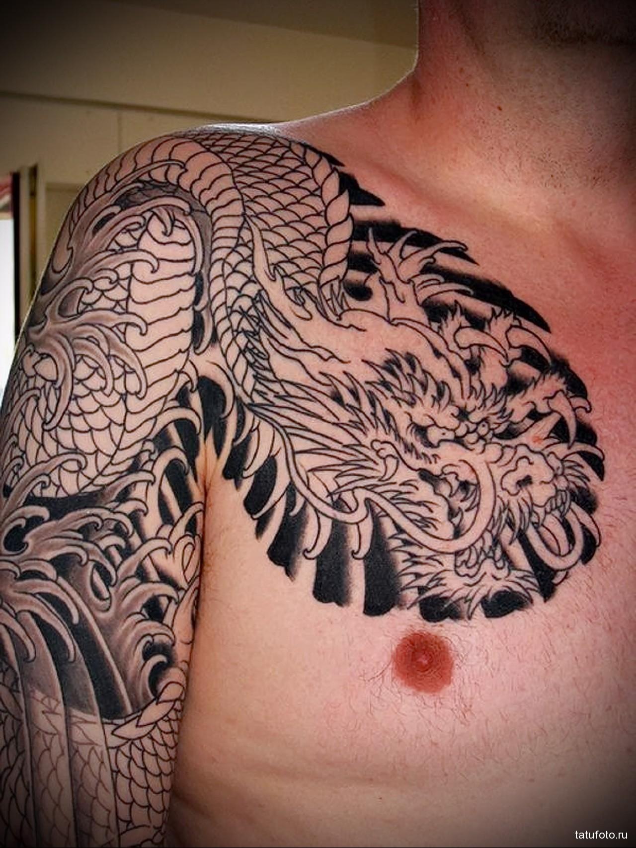 черная тату с драконом - мужская татуировка на плече