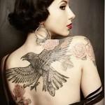 черный ворон в полете и роза тату на спине женская