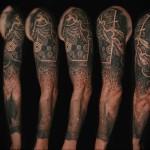 черный рукав тату - мужская татуировка на плече