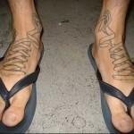 шнуровка от кедов - татуировка на стопе мужская - фото
