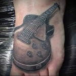 электро гитара - татуировка на стопе мужская - фото