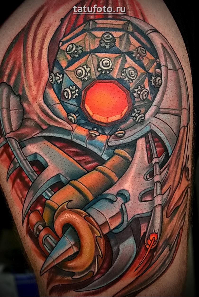 Пример цветной татуировки в стиле биомеханика на плече парня