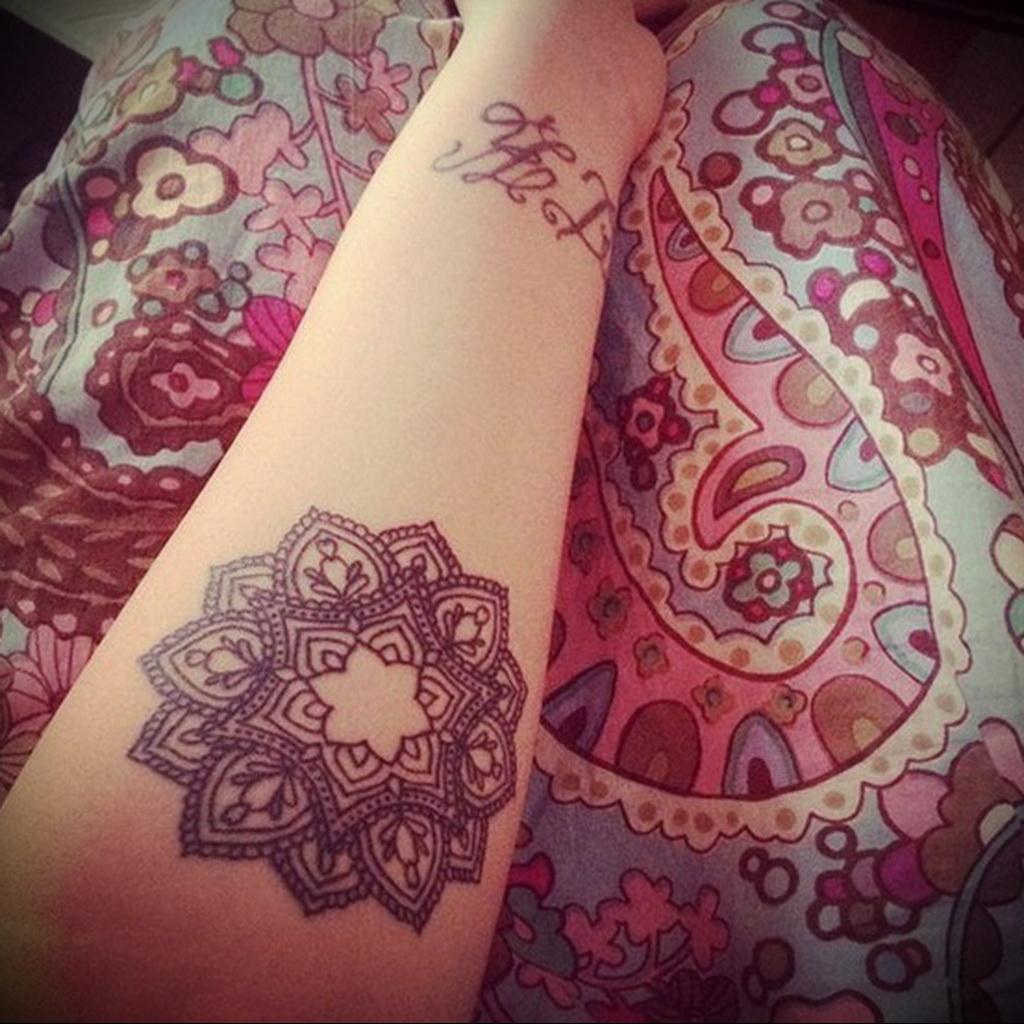Значение тату мандала у девушки на ноге