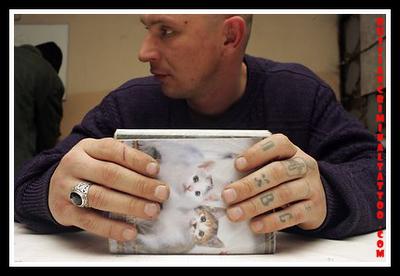 фото человека с тату перстнями на руках - тюремные тату
