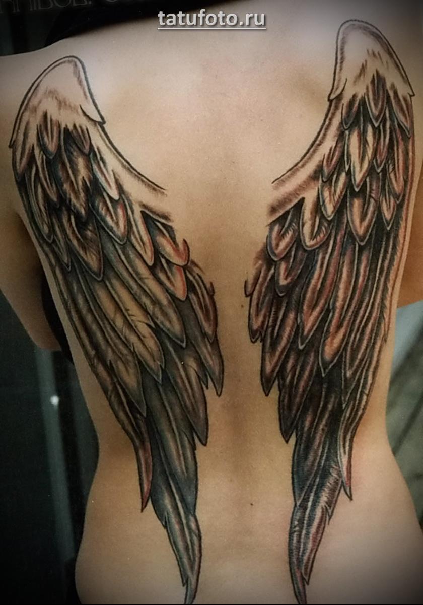 Девушка с большими крыльями тату на спине