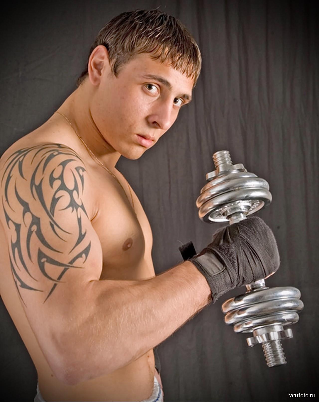 абстрактная татуировка на теле спортсмена - мужская татуировка на плече