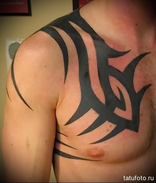 абстрактный узор в тату - мужская татуировка на грудь