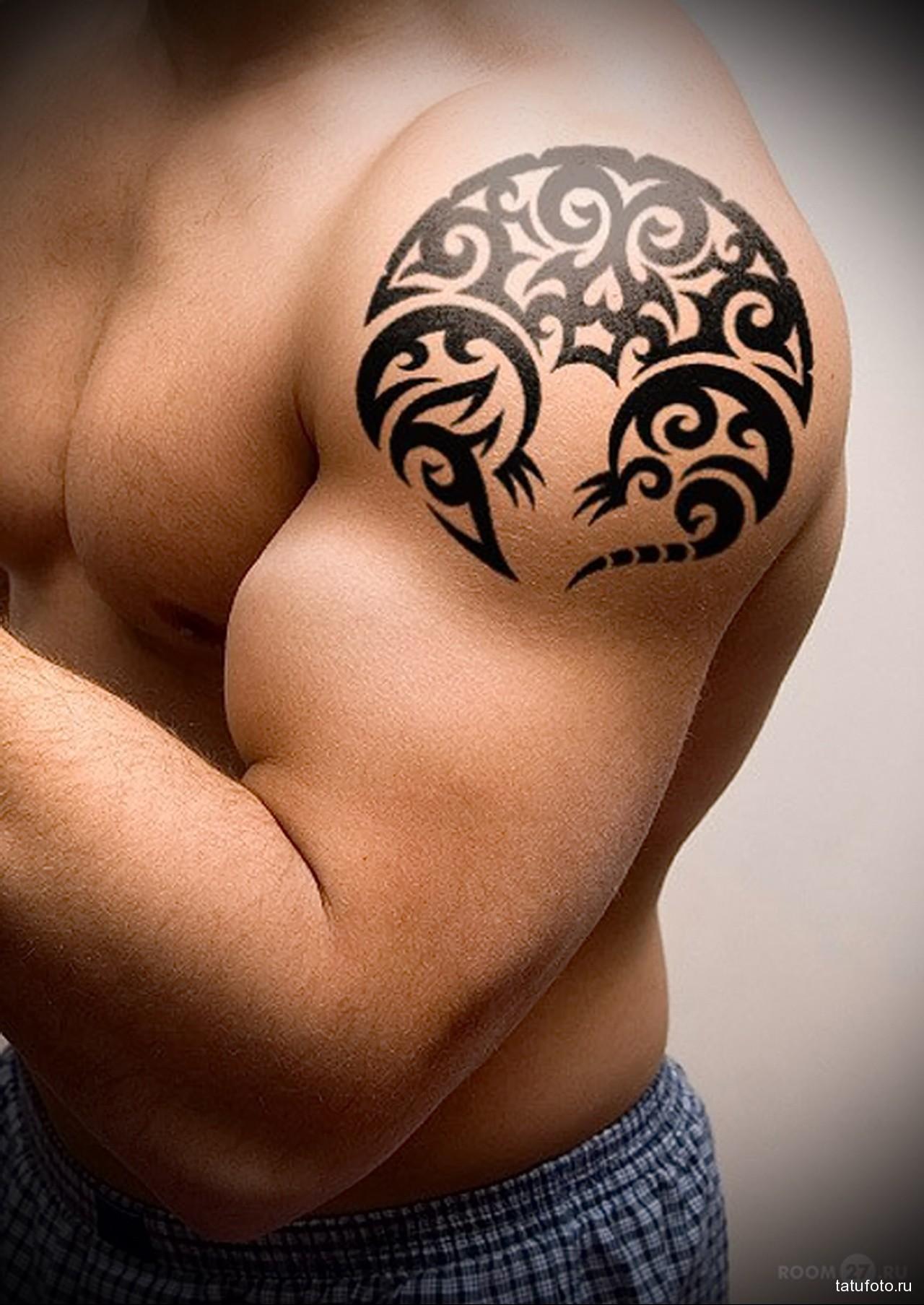 абстракция на накаченном теле - мужская татуировка на плече