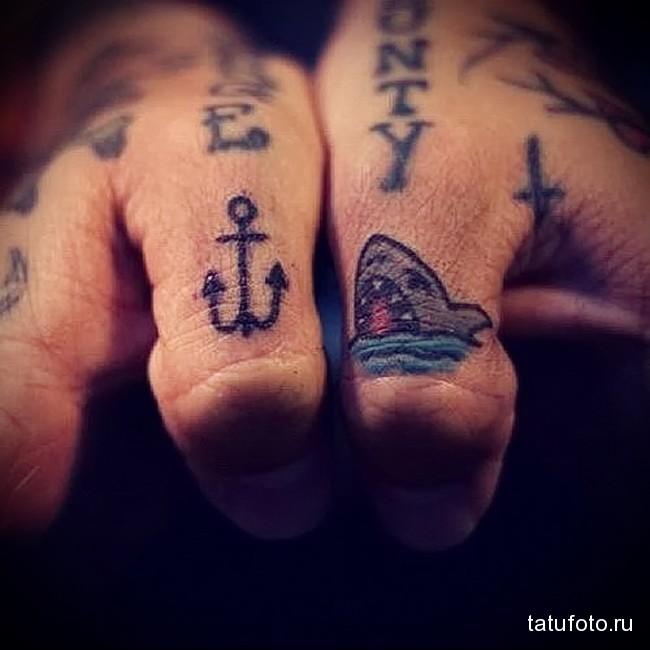 акула и крючек в тату на пальце для парня