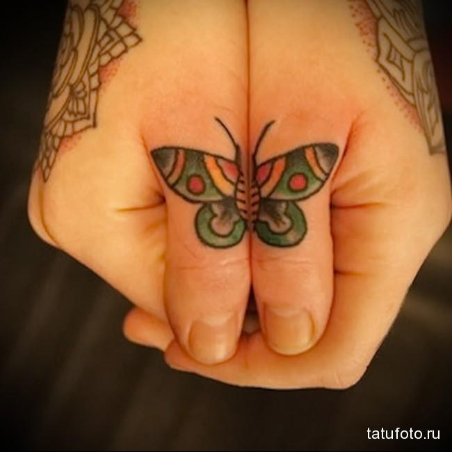 бабочка на пальцах разных рук - тату