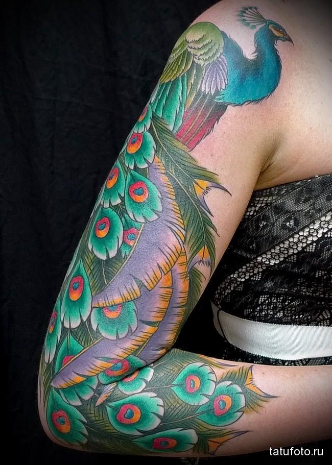 большой и яркий павлин татуировка на руку женская
