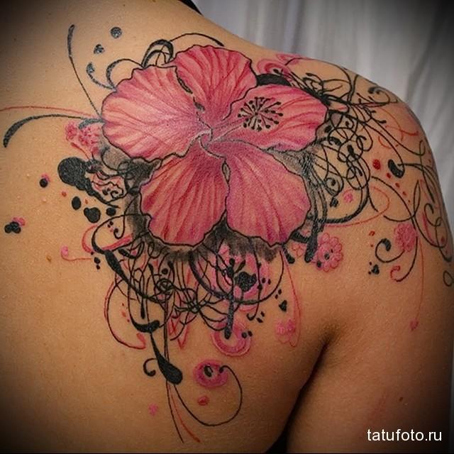 И яркий цветок в тату на лопатке