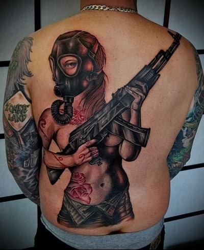 девушка в противогазе с автоматом в руках - фотография тату