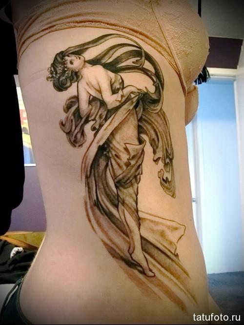 девушка на носочках - женская татуировка на боку