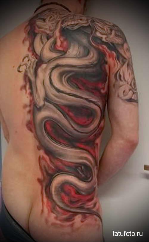 дракон в языках пламени - тату мужская на спине фото