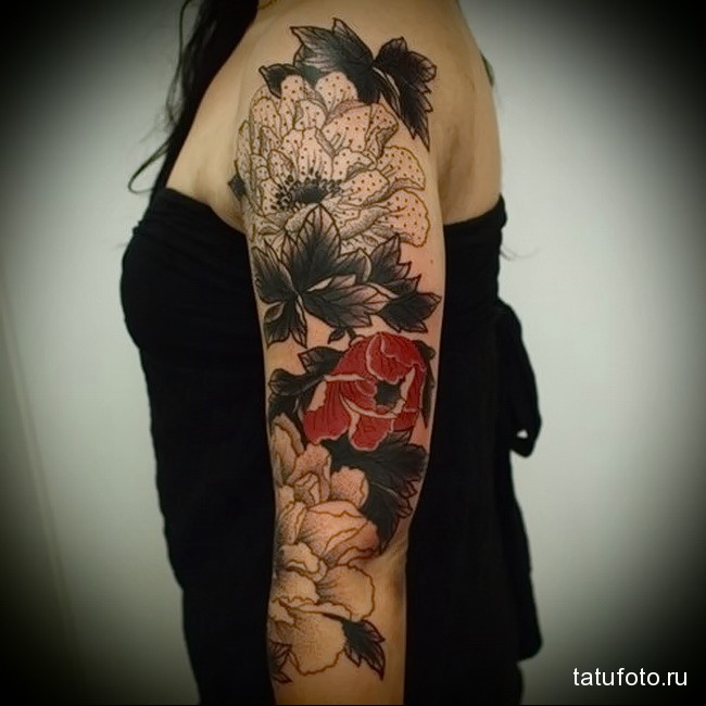 красный цветок на черном фоне татуировка на руку женская