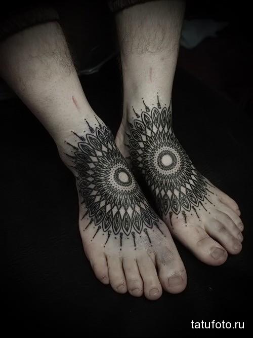 крупная мандала татуировка на ноге мужская