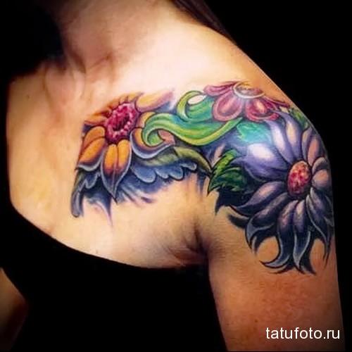 крупные татуировки с цветами на плече девушки