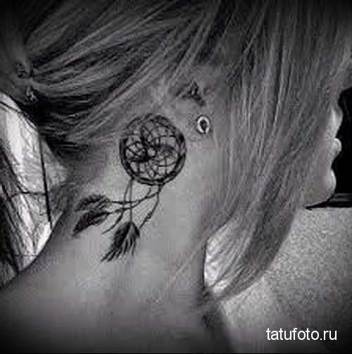 ловец снов и перышки - татуировка на шее женская - фото