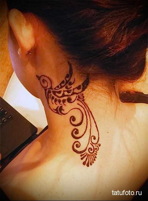 маленькая птичка - татуировка на шее женская - фото