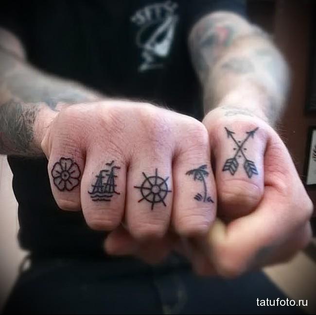 маленькие значки в татуировке на пальцах для мужчины