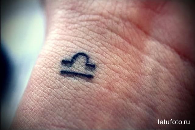 маленький символ знака зодиака на запястье