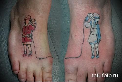 мальчик и девочка - татуировка в нижней части ноги девушки