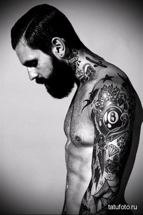 мечь и надписи - татуировка на шее мужчины - фото