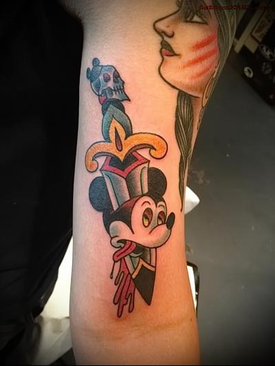 микимаус и нож - цветное фото татуировки