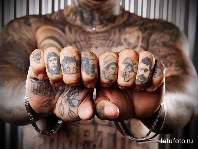 много портретов в тату на пальце для парня