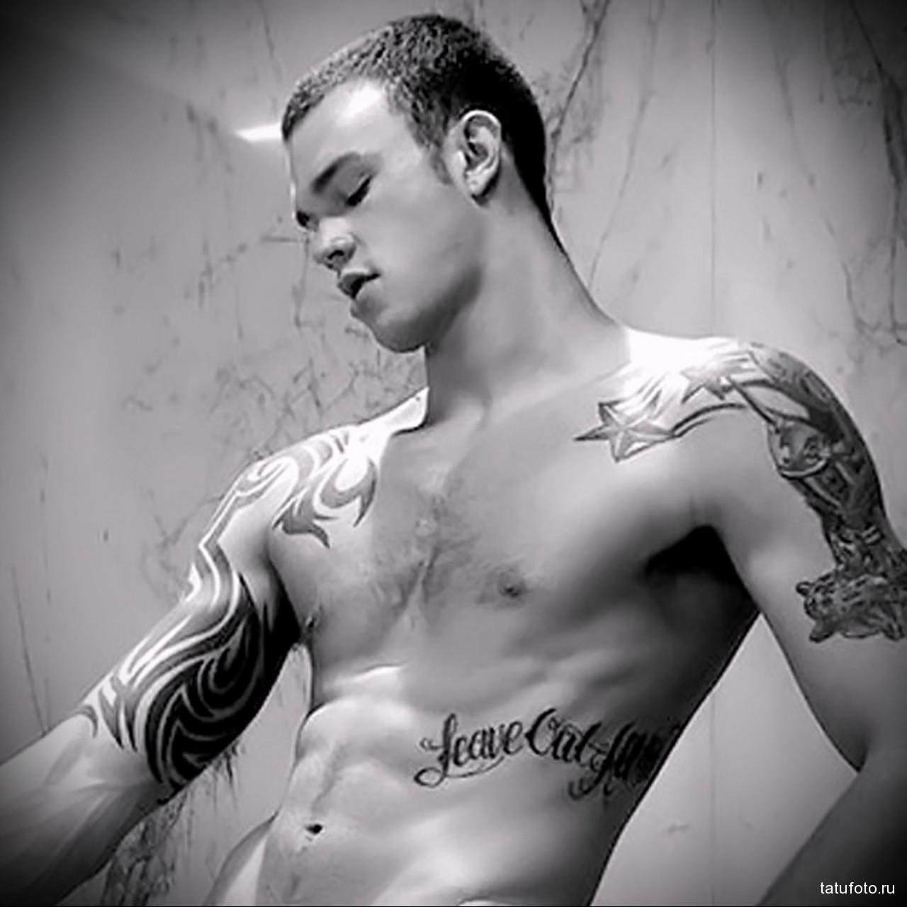 молодой парень в тату - мужская татуировка на плече