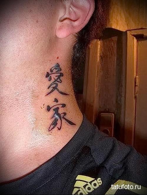 несколько иероглифов - татуировка на шее мужчины - фото