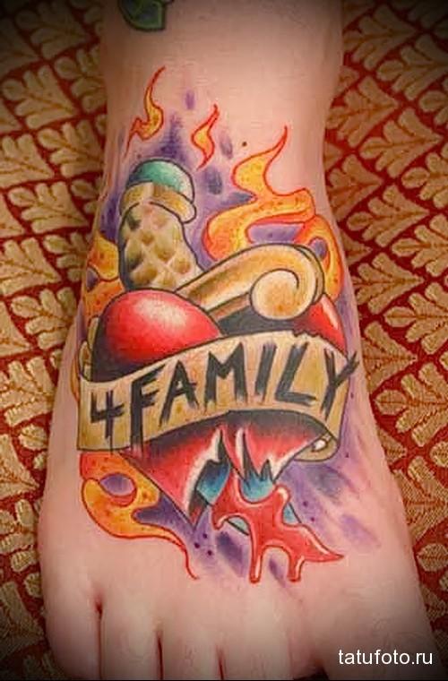 огонь и надпись СЕМЬЯ татуировка на ноге мужская