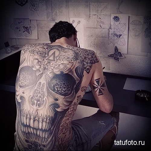огровный череп со звездой во лбу - татуировка на спине мужская фото