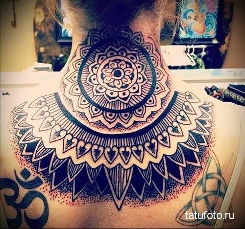 огромная мандала и символы - татуировка на шее женская - фото