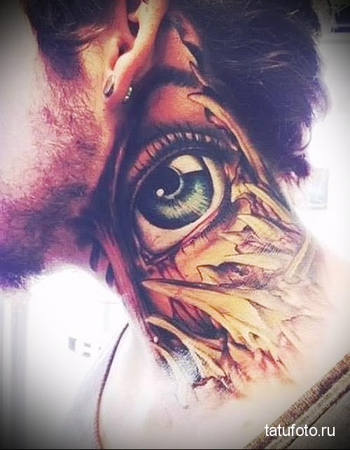 открытый глаз - татуировка на шее мужчины - фото